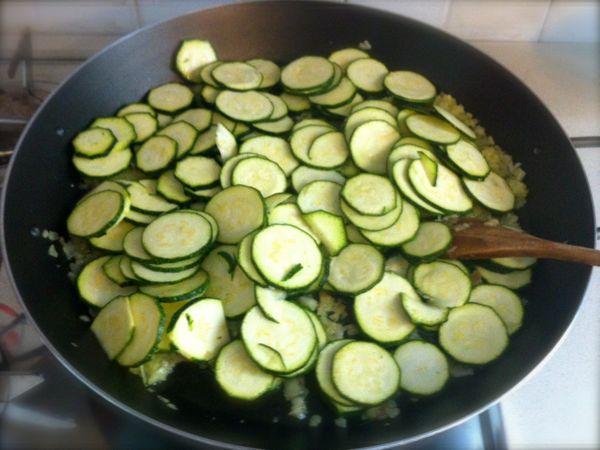 Torta salata zucchine e speck ricetta il cuore in pentola for Cucinare zucchine in padella