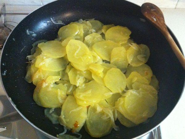 ricordate che le patate non devono essere completamente cotte in quanto continueranno a cucinare nel forno