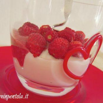 coppette di yogurt con fragole