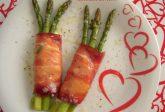 Involtini di asparagi con speck e scamorza