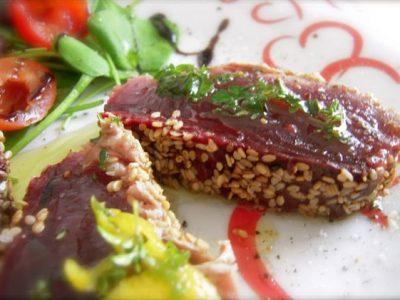 Tagliata di tonno con ratatouille di verdure