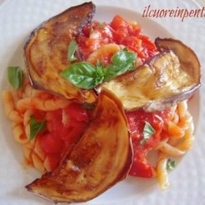 pasta con pomodoro fresco e melanzane fritte