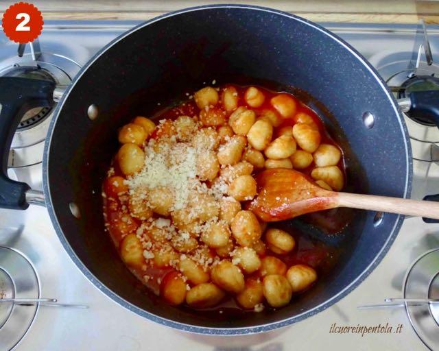 mescolare gli gnocchi con il sugo e il parmigiano