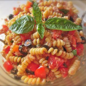nsalata di pasta con tonno pomodoro e olive