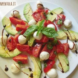 insalata di avocado mozzarella e pomodorini