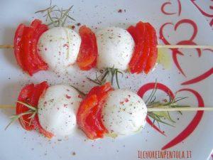Spiedini di mozzarella pomodoro e rosmarino