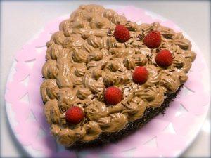 Torta a cuore con mousse al cioccolato e lamponi