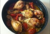 Pollo al forno con cipolle e pomodoro
