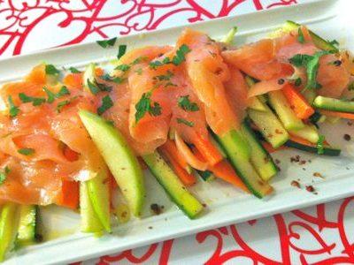 Salmone affumicato su bastoncini di verdure
