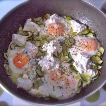 uova all'occhio di bue con zucchine