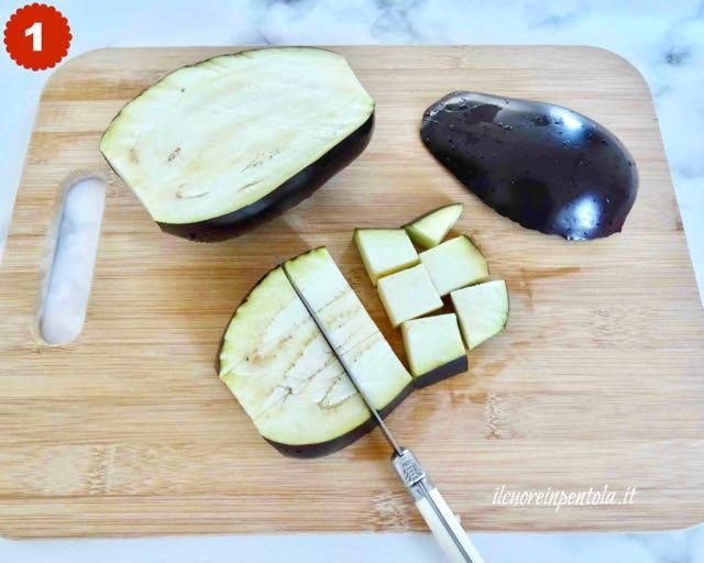 Preparazione delle melanzane prima della frittura: tagliare la melanzana a cubetti