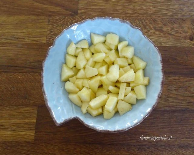 versare mele nella pirofila