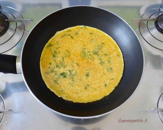 versare uova nella padella