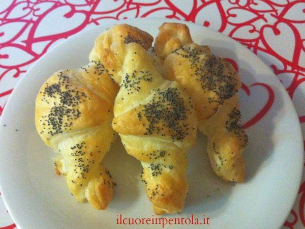 cornetti di pasta sfoglia con mozzarella