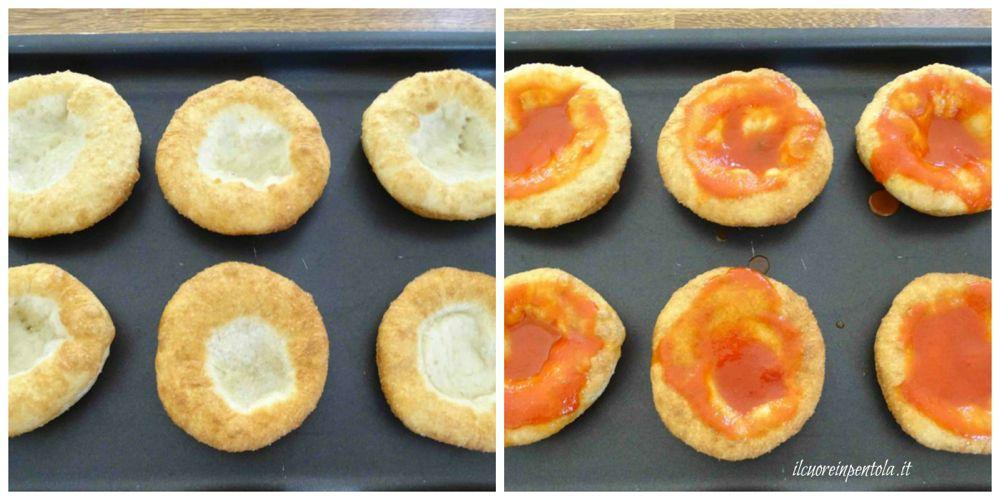condire pizzette con sugo di pomodoro