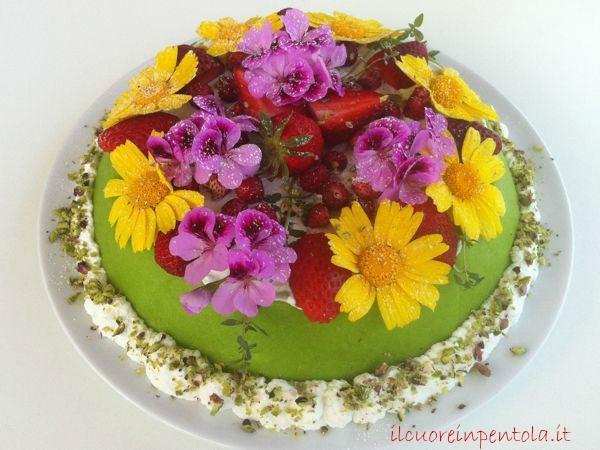 torta con fiori freschi