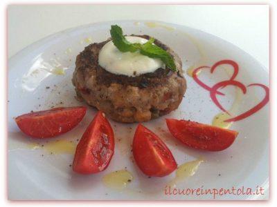 Hamburger con pomodori secchi, capperi e cipolla rossa