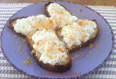 Crostoni di pane con ricotta