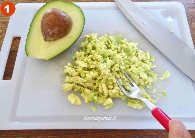 schiacciare avocado con una forchetta