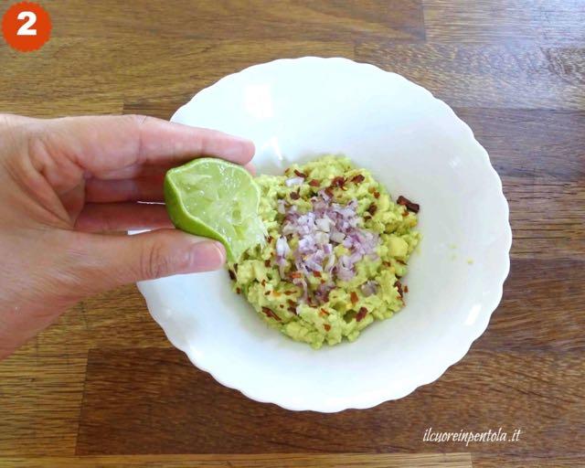 aggiungere trito di cipolla e lime