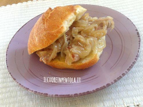 panino-con-salsiccia-e-cipolla-agrodolce