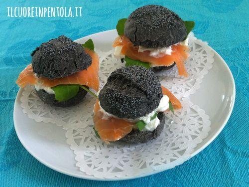 Panini neri con stracciatella salmone affumicato e rucola