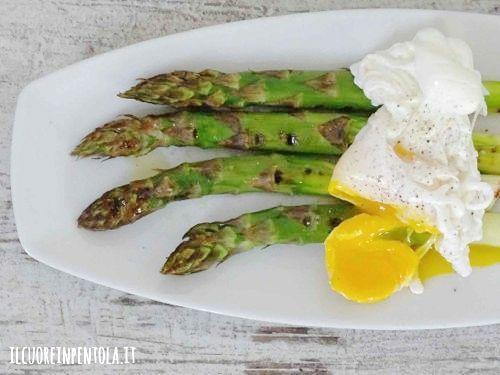 uova in camicia con asparagi
