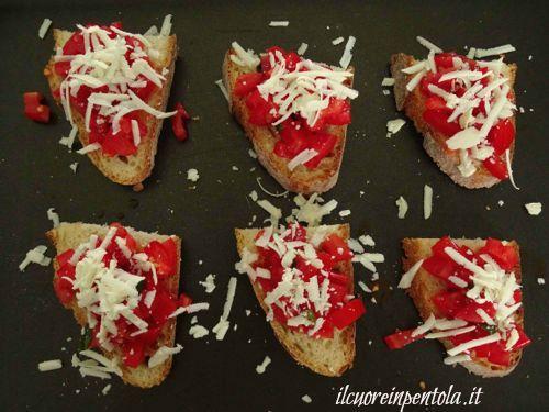 condire_bruschette_pomodoro_e_ricotta_salata
