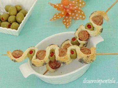 Spiedini di pasta sfoglia wurstel e olive
