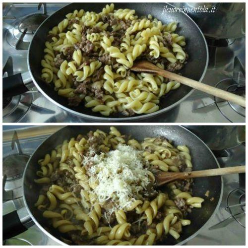 mantecare pasta con salsiccia e funghi