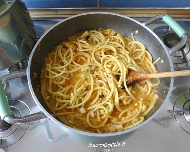 mescolare pasta con condimento