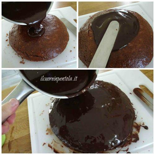 versare la glassa al cioccolato sulla torta