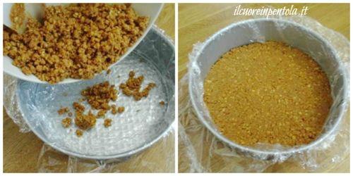 versare biscotti nella tortiera e livellare