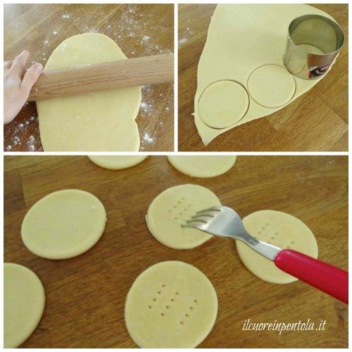 stendere pasta frolla e ritagliare dischi
