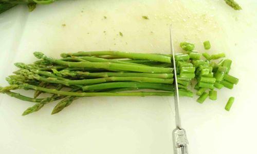 tagliare asparagi a pezzetti