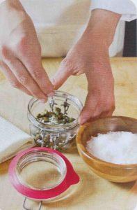 mettere capperi in un barattolo con sale grosso