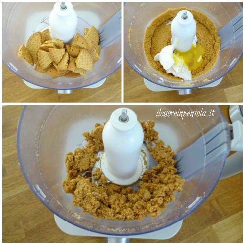 sbriciolare biscotti e aggiungere ricotta e tuorlo