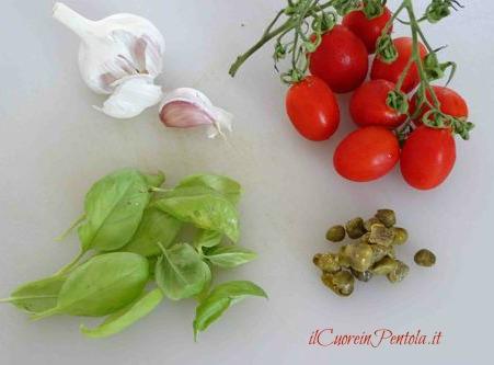 ingredienti pasta con il pomodoro frullato