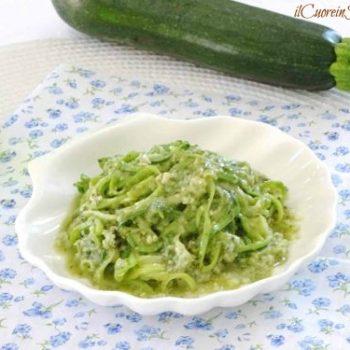spaghetti di zucchine cotti al pesto