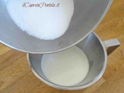 mescolare latte panna e zucchero