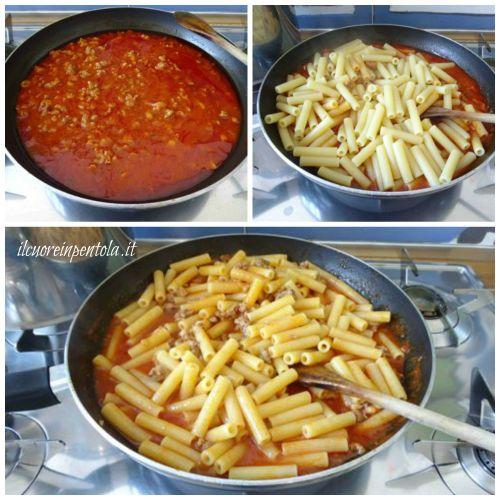 cuocere pasta e mescolarla al ragù di salsiccia