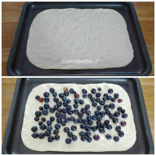 stendere impasto e aggiungere chicchi d'uva