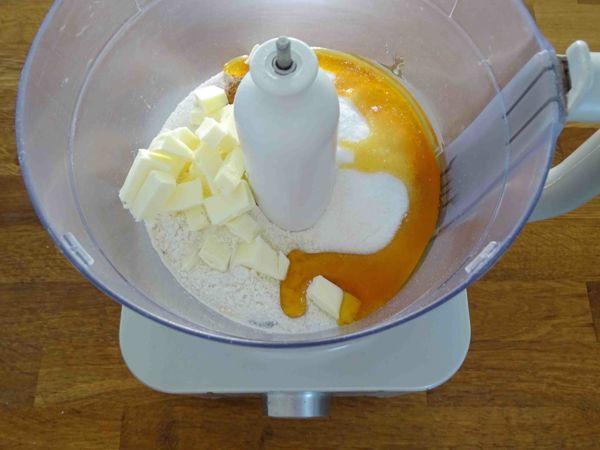 mettere ingredienti nella ciotola del robot