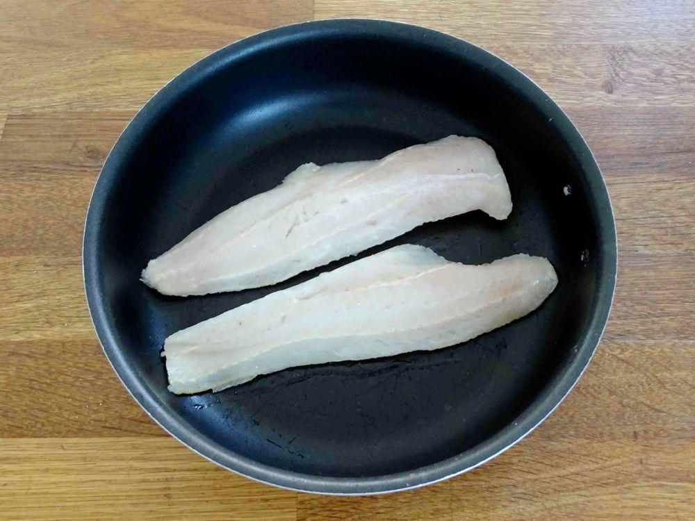mettere filetti di merluzzo in una teglia