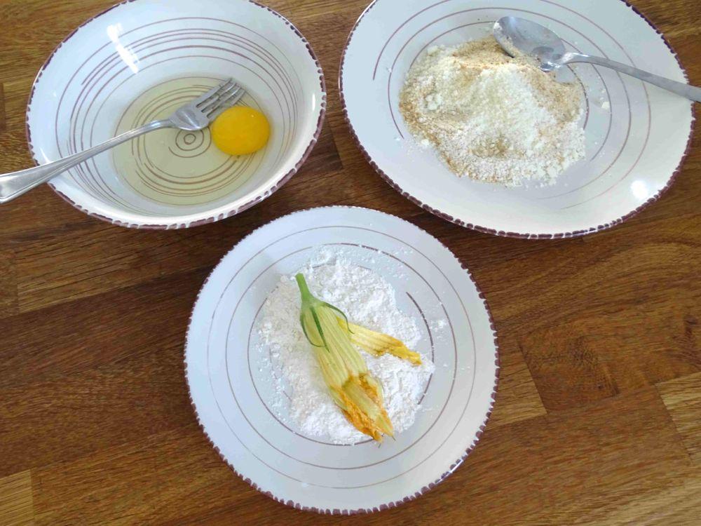 preparare ingredienti per panatura