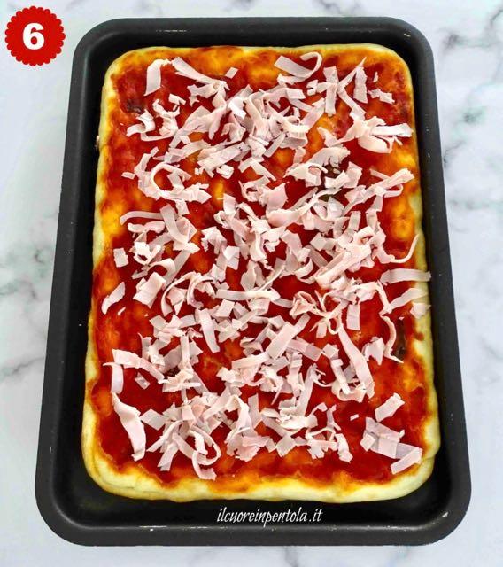 condire pizza in teglia