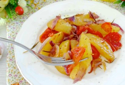 Patate al forno con cipolle e pomodori