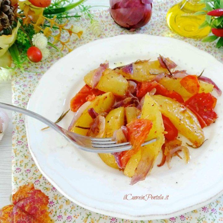 patata al forno con cipolle e pomodori