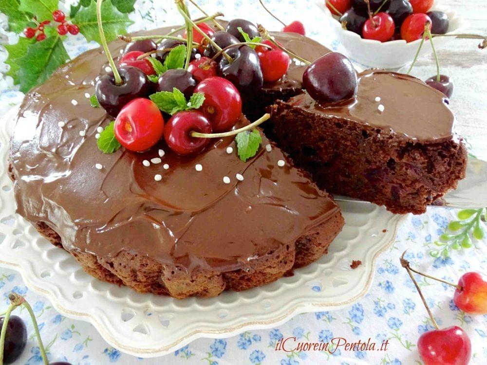 torta con cioccolato e ciliegie fresche