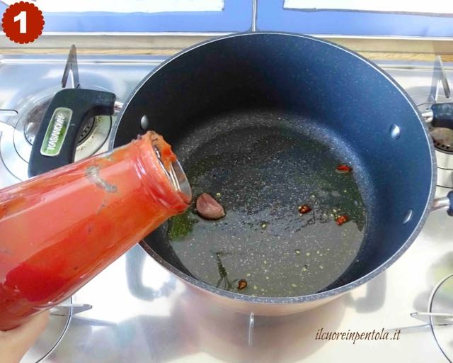 fare soffritto e versare passata di pomodoro